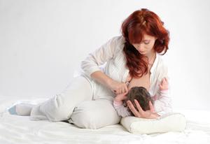 breastfeeding footbal position
