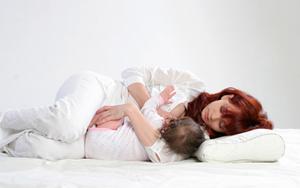 breastfeeding football side lying position